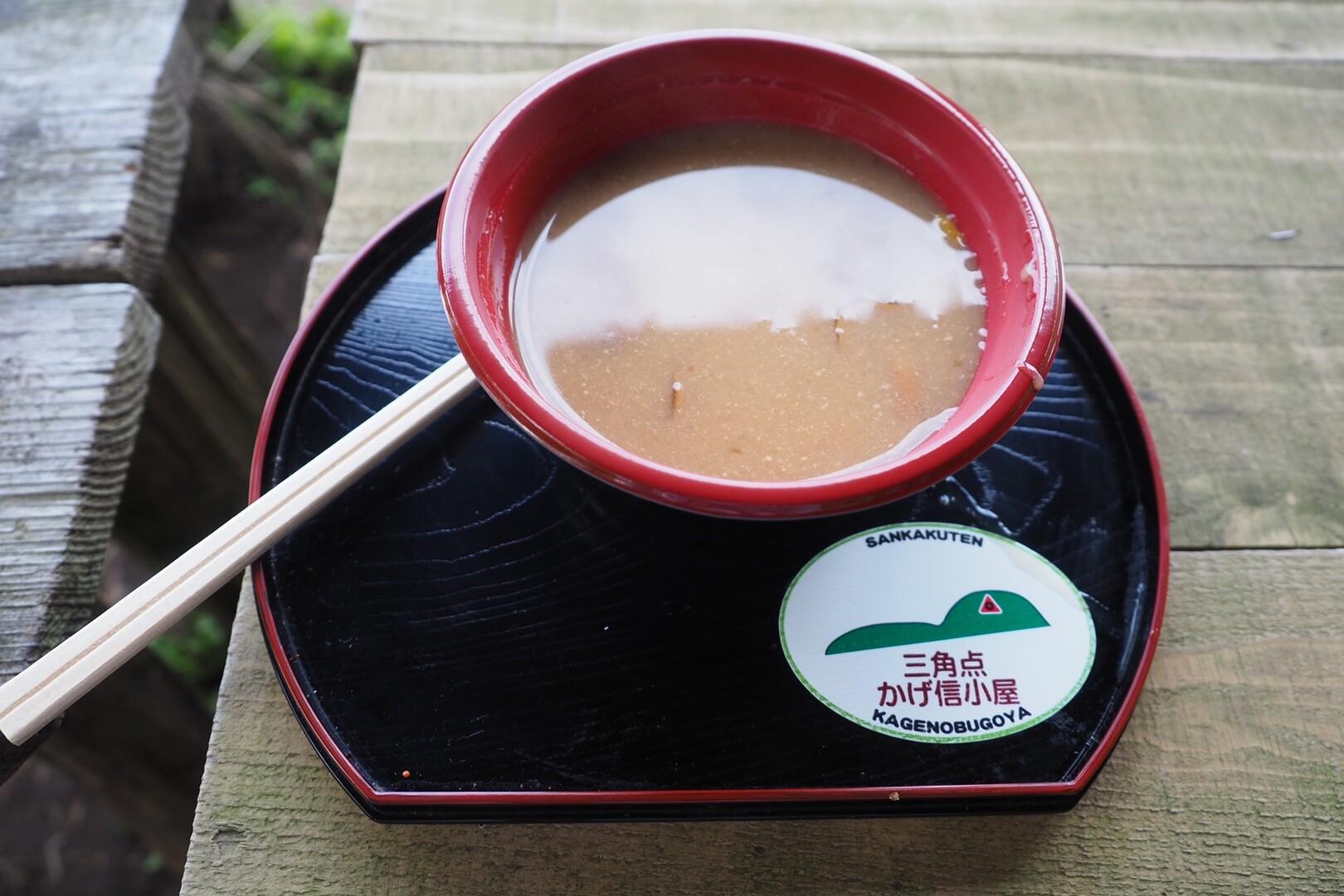 景信茶屋のなめこ汁は福島県産のなめこ使用です。<br> <br> そりゃ景信山で全部調達できるわけないよね!笑<br> しかし、ゆずがきいて美味い。このうどん、今度食ってみたい🍜