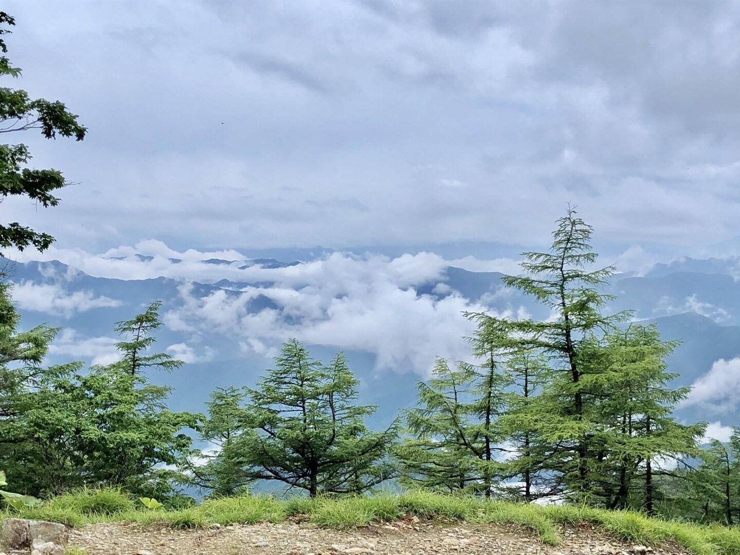雨は降らずとも、ガスガスで景色なんかないだろうと思っていた矢先、<br> 少し腫れて美しい雲海が目の前に広がる。。<br> <br> これを雲海というんかい。<br> <br> あぁ!山神様ありがとう⛰