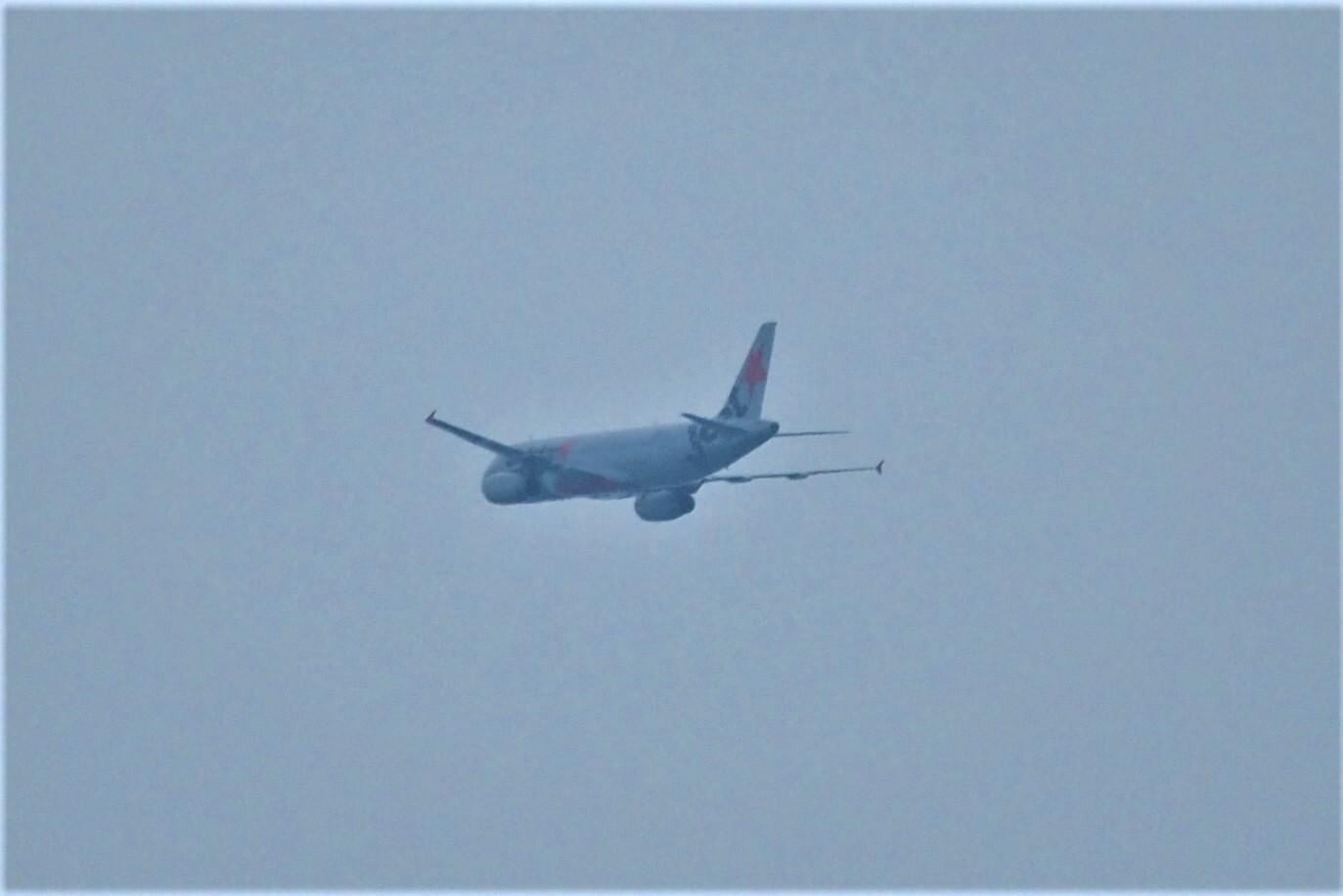 福岡空港から旅立つ飛行機をパシャリ。<br> ジェットスター?