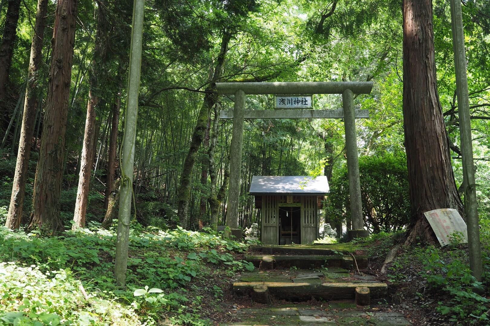 小仏バス停で降りてすぐの浅川神社で安全祈願。<br> <br> 別に神様信じちゃいないけど、なぜか寄って挨拶してしまう。<br> <br> 自分への確認みたいな。