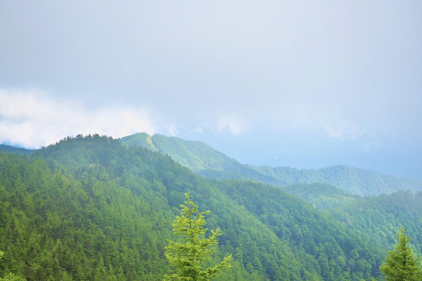 さぁ帰ろう。<br> <br> 振り返ると、きた時にはガスガスで何も見えなかった向こうに七つ石山が!