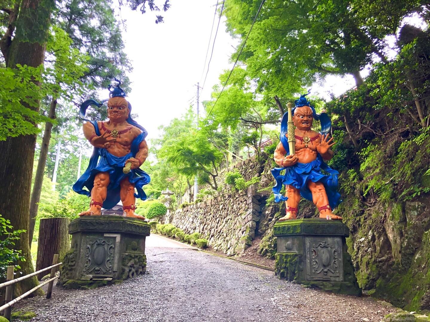 子の権現の寺の入り口にある例のやつ。<br> <br> 左「今日の山登りどうだった?」<br> 右「どうもなにも、オレ、子の権現から出たことねーし」<br>